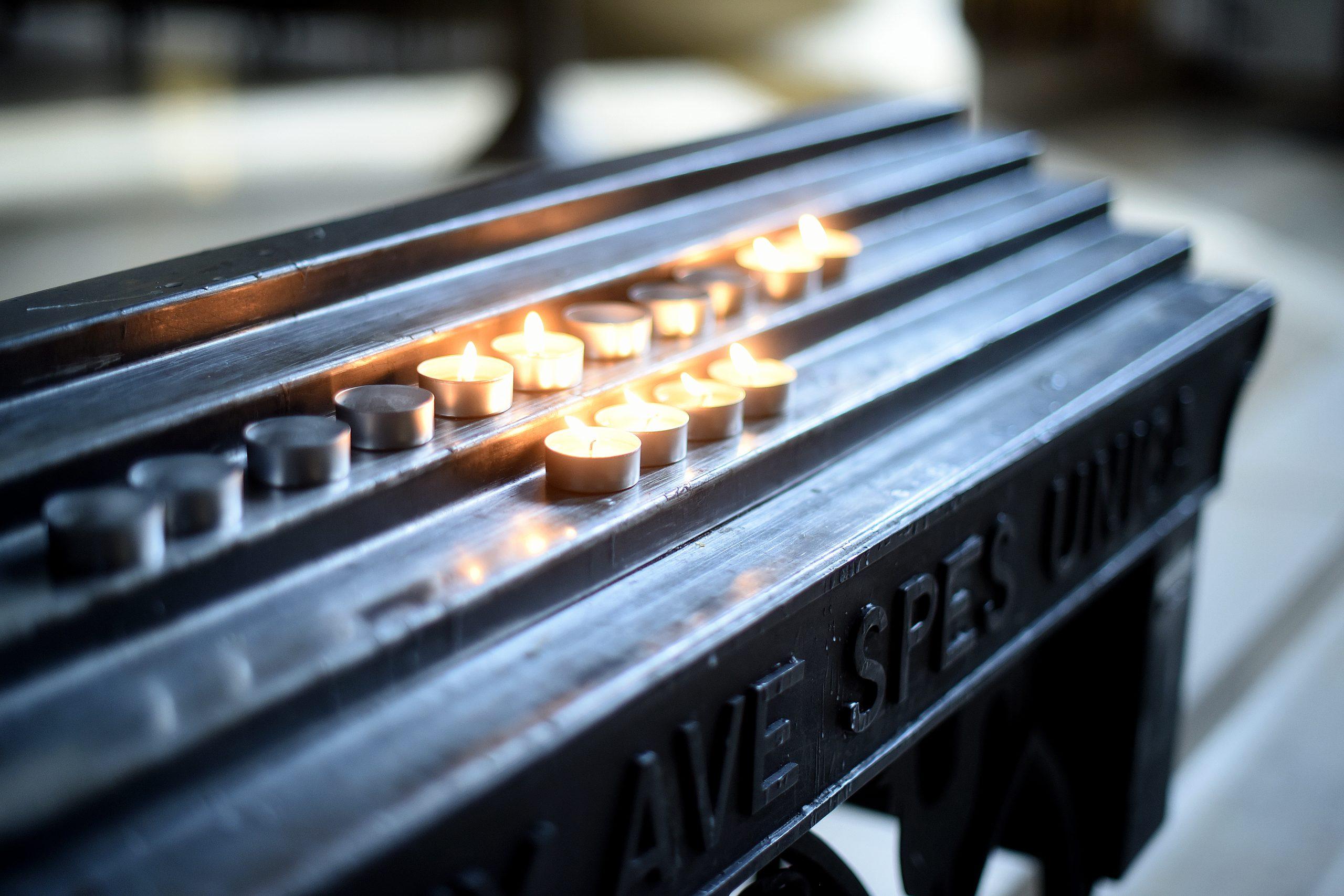 Opferlichter brennen in Coesfeld in der St Lamberti Kirche. Foto: Volker Hartmann / Rheinische Post